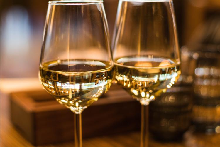 Beber vino blanco trae beneficios para nuestra salud